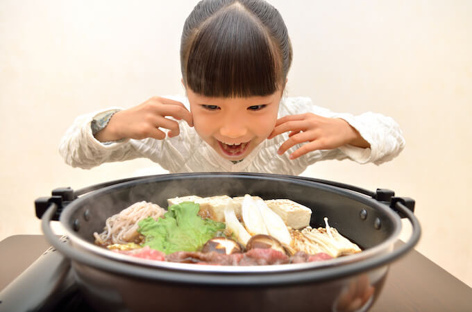 すき焼きを食べる子供